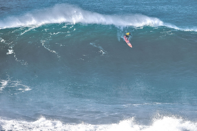 Nic von Rupp charging at Praia do Norte