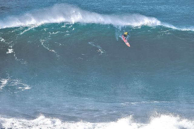 Nic von Rupp charging at Praia do Norte